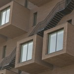 Detalj med vindu og trapp utendørs på The Wedge